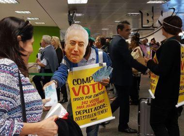 'Já vendeu seu voto?': Ação de ONG ironiza postura de Temer no aeroporto de Brasília