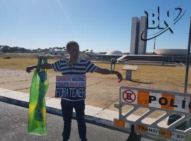 Protesto solitário: Homem 'crucificado' pede 'Fora, Temer'no Congresso Nacional