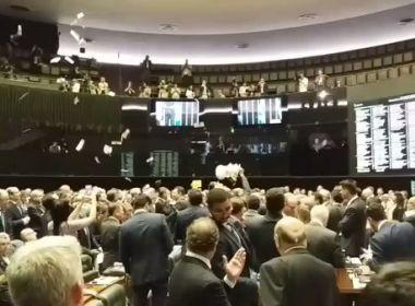 Com direito a 'Pixuleco' e cédulas falsas, deputados protagonizam confusão na Câmara