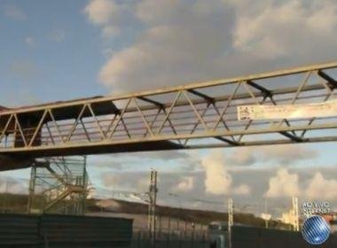 Caçamba bate em passarela em São Cristóvão; equipamento está interditado
