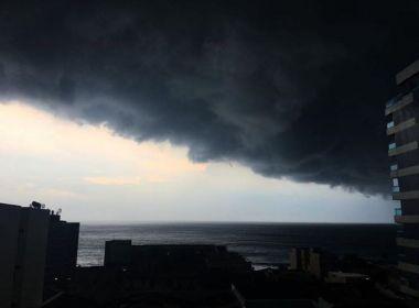 Nuvem escura faz dia virar noite em Salvador; previsão é de tempestade com raios