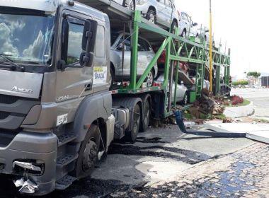 BR-116: Carreta desgovernada atinge base da Polícia Militar em Milagres