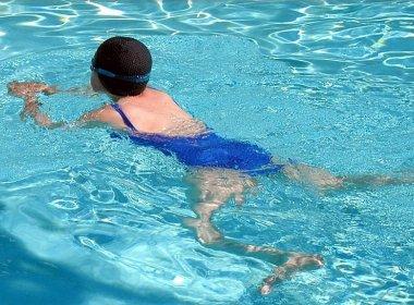Estudo indica que natação é tão eficaz quanto caminhada no tratamento de fibromialgia