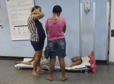 Homem aluga maca e leva colchão de casa para aguardar vaga no Hospital Roberto Santos